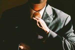Affari, un uomo in giacca e cravatta.