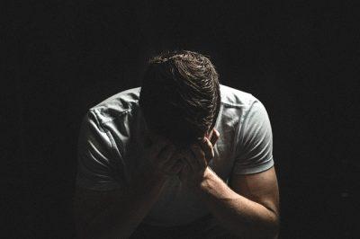 Immagine di un ragazzo preoccupato e triste.