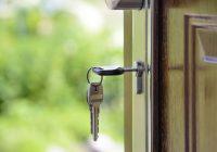Una chiave apre un portone per simboleggiare la nuova casa.