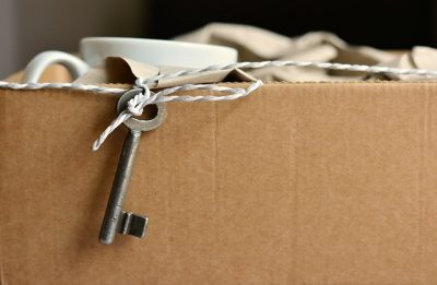 Trasloco, foto di una scatola con chiavi e accessori.