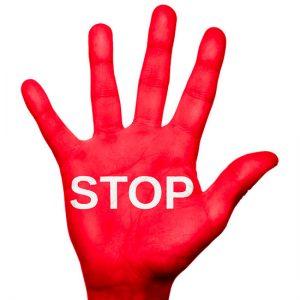 Una mano con lo stop, per rappresentare il mutuo negato.