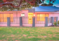 Una casa con luci accese e pareti rosa.