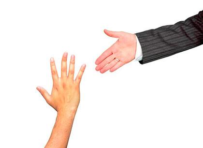 La mano di un professionista raggiunge la mano di una persona che chiede aiuto.