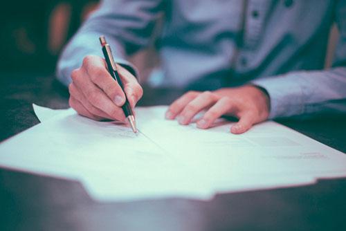 Un consulente compila dei documenti.