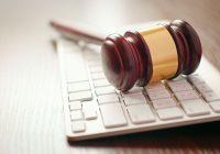 Il martello di un giudice sopra una tastiera per rappresentare le aste telematiche