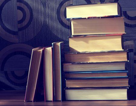 Libri che rappresentano le tante cose da studiare per valutare le situazioni immobiliari dell'asta.