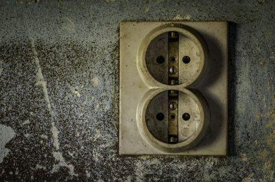 Una vecchia presa elettrica.