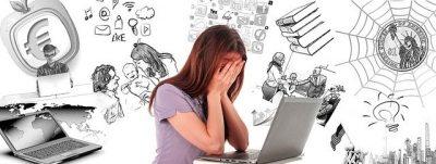 Una ragazza disperata davanti a un computer portatile.