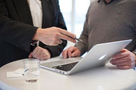 Una consulenza davanti a un macbook