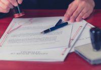 Procura notarile - Fogli, penna e mani durante il timbro