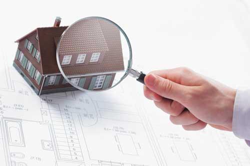 Una Casa osservata con una lente d'ingrandimento