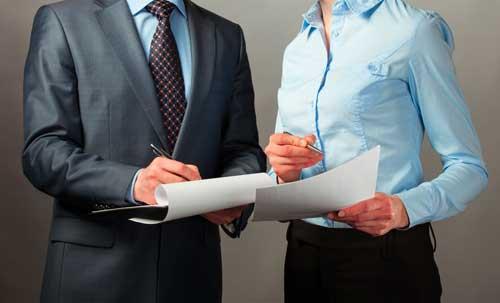 Due persone eleganti verificano dei documenti