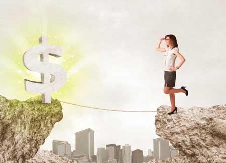 Una donna affronta un rischio per raggiungere un affare.