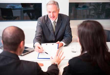 Un consulente finanziario mostra un documento a una coppia