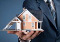 Immagine casa mantenuta in mano da un consulente