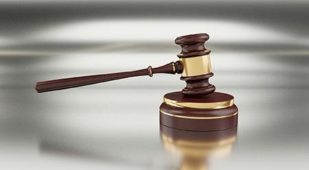 un martelletto per simboleggiare aste giudiziarie e tribunali.