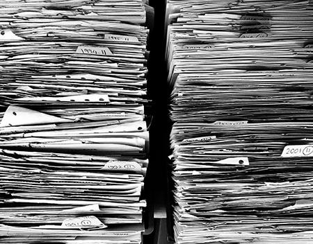 Un'alta pila di documenti.