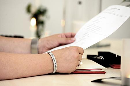 una persona che regge un documento e lo sta leggendo