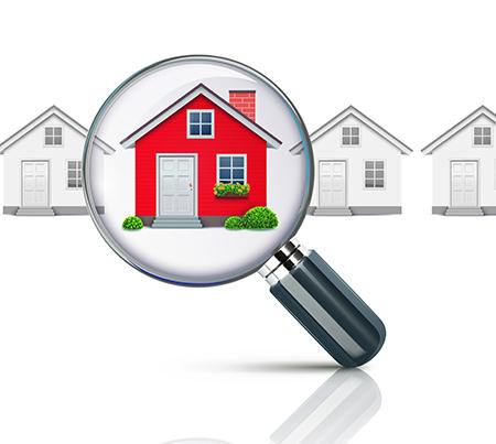 Una lente di ingrandimento che ingrandisce una casa tra le case