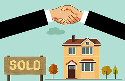 Mani che si stringono in segno di accordo per vendita casa