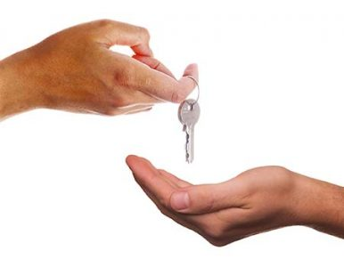 Una mano porge le chiavi a un'altra mano