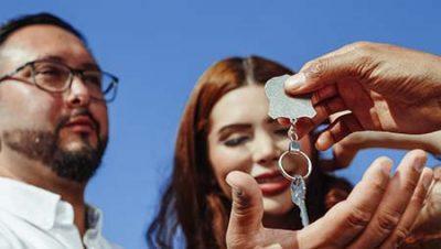 Mano porge le chiavi ai proprietari di casa